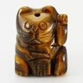 【天然石モチーフビーズ】招き猫 タイガーアイ 福・左手あげ (約20x15mm)【天然石 パワーストーン】