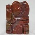 【天然石モチーフビーズ】招き猫 レッドジャスパー 財・右手あげ (約20x15mm)【天然石 パワーストーン】