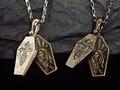 ストーンクロスで飾ったスカル棺ネックレス