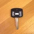 【SALE】ポップなデザインのキーカバー[Open Close]【ロット10個】