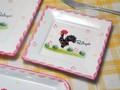 【ポルトガル製】カフェ食器 【ニワトリ柄・ピンク】手描き 角皿 陶器製 白地 洋食器 スクエア プレート
