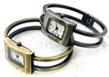 アンティークテイストのメタルバングルウォッチ レディース腕時計
