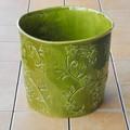 ポルトガル製 陶器 鉢カバー《底穴ナシ》 アンティーク風 花 蔦 光沢  抹茶 緑 寸胴 直径26cm 7号鉢
