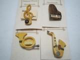 手作り 組木の楽器のブローチ