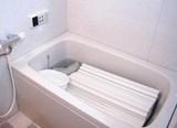 お風呂で洗浄中(浴室用洗浄剤) 頑固な湯あか・水あかもスッキリ