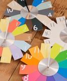 【新色にてリニューアル!!】ギフトにおすすめ☆カラーチャートを広げたようなカードウォールクロック