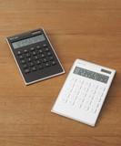 ゆるやかに傾き、使いやすい シンプルな電卓  10Dカリキュレーター