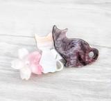 ヘアクリップ 大人可愛い ねこちゃん ピンクのフラワーモチーフ