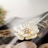 キラキラして椿の花モチーフブローチ パール付き