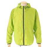 売り場の有効活用に 収納袋に入ったフード付きジャケット
